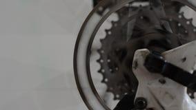 Os freios de disco da bicicleta param a roda de giro video estoque