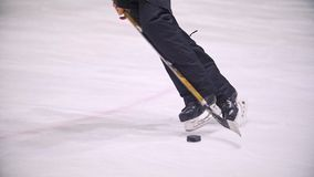 Os freios do jogador de hóquei no hóquei em gelo colocam a dispersão de partículas do gelo video estoque