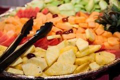 Os frutos cortam na bandeja Imagem de Stock Royalty Free