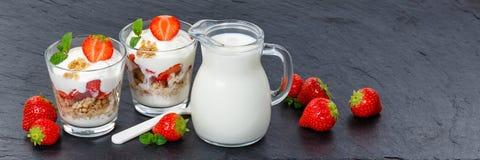 Os frutos das morangos do iogurte do iogurte da morango colocam a bandeira do muesli Imagens de Stock Royalty Free