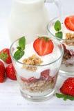 Os frutos das morangos do iogurte do iogurte da morango colocam o portrai do muesli Fotografia de Stock