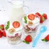 Os frutos das morangos do iogurte do iogurte da morango colocam o quadrado do muesli Fotografia de Stock Royalty Free