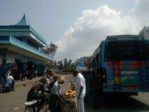Os frutos de compra dos povos aproximam o abrigo de ônibus imagens de stock