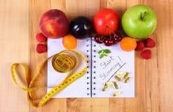 Os frutos, marcam suplementos e centímetro com caderno, emagrecimento e alimento saudável imagens de stock royalty free