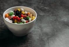 Os frutos secados misturados em uma bacia fotografia de stock royalty free
