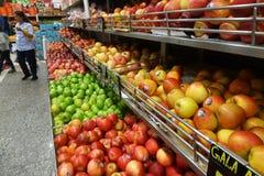 Os frutos venderam em uma cremalheira em um supermercado Fotografia de Stock Royalty Free