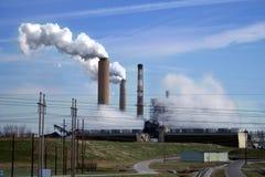 Os gás de estufa emanam da fábrica na grande quantidade Imagens de Stock