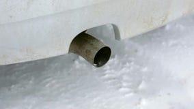 Os gás de exaustão da poluição do ar, o carro começam no inverno, o close-up da tubulação de exaustão vídeos de arquivo