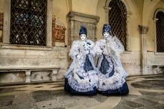 Os gêmeos acoplam-se com o traje bonito durante o carnaval de Veneza Imagens de Stock Royalty Free