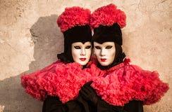 Os gêmeos acoplam-se com o traje preto e vermelho durante o carnaval de Veneza Imagens de Stock Royalty Free