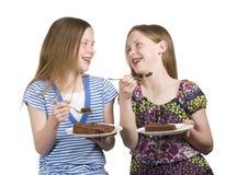 Os gêmeos comem o bolo Fotos de Stock Royalty Free