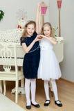 Os gêmeos das meninas representam as mãos, coração imagens de stock royalty free