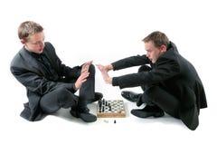 Os gêmeos jogam uma xadrez Foto de Stock Royalty Free