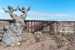 Os gêmeos, uma escultura perto da borda da garganta do rio Snake fotos de stock
