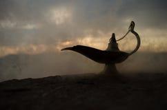Os gênios artisanal antigos das noites de Aladdin Arabian denominam a lâmpada de óleo com fumo do branco da luz suave Fundo da mo Imagens de Stock Royalty Free