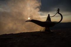 Os gênios artisanal antigos das noites de Aladdin Arabian denominam a lâmpada de óleo com fumo do branco da luz suave Fundo da mo Fotos de Stock Royalty Free