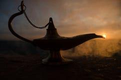 Os gênios artisanal antigos das noites de Aladdin Arabian denominam a lâmpada de óleo com fumo do branco da luz suave Fundo da mo Imagem de Stock Royalty Free