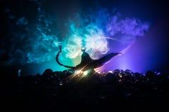 Os g?nios antigos das noites ?rabes de Aladdin denominam a l?mpada de ?leo com fumo branco da luz suave, fundo escuro ilustração do vetor