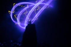 Os g?nios antigos das noites ?rabes de Aladdin denominam a l?mpada de ?leo com fumo branco da luz suave, fundo escuro ilustração royalty free
