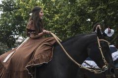 Os gaúchos tradicionais deleitam o espanhol - Festa de la Tradicion dentro imagens de stock royalty free