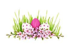Os galhos da mola do pêssego florescem e as folhas adiantadas com ovos pintados fotos de stock