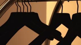 Os ganchos de roupa pretos fecham-se acima Ganchos pretos para a roupa vídeos de arquivo