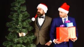 Os gerentes com barbas preparam-se para o Natal Homens nos ternos fotografia de stock royalty free