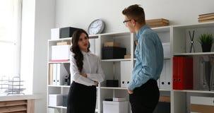 Os gerentes comunicam o armário próximo ereto com os dobradores