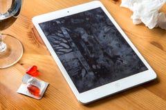 Os germes frios da gripe da gripe espalharam o vírus no smartphone e a tela de tablet pc contaminou as mãos que compartilham do d Imagem de Stock Royalty Free
