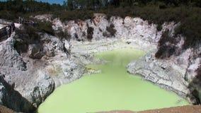 Os geysers esverdeiam a água Hot Springs no fundo do solo em Nova Zelândia video estoque