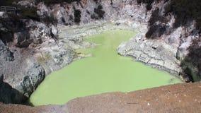 Os geysers esverdeiam a água Hot Springs no fundo do solo em Nova Zelândia filme