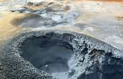 Os geysers quentes do enxofre em Hverir em Islândia fotografia de stock royalty free
