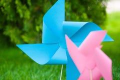 Os girândolas azuis e cor-de-rosa fecham-se acima fora fotos de stock