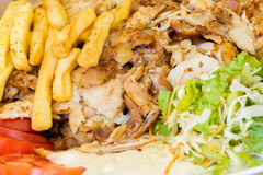 Os giroscópios gregos, carne, fritaram batatas, tomates e cebolas fotos de stock