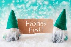 Os gnomos de turquesa com cartão, Fest de Frohes significam o Feliz Natal imagem de stock