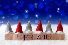 Os gnomos, fundo azul, Bokeh, estrelas, Text 2018 feliz Imagem de Stock Royalty Free