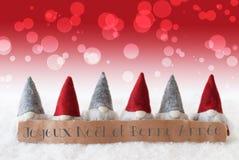 Os gnomos, fundo vermelho, Bokeh, Bonne Annee significam o ano novo Imagens de Stock