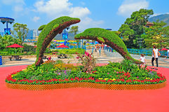 Os golfinhos do Topiary no oceano estacionam Hong Kong fotografia de stock