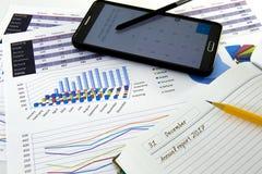 Os gráficos e as cartas de negócio relatam com a pena na mesa do conselheiro financeiro Conceito financeiro da contabilidade fotografia de stock royalty free