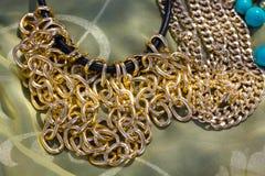 Os grânulos coloridos e a outra joia gostam de braceletes das colares Imagem de Stock Royalty Free
