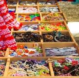 Os grânulos coloridos e a outra joia gostam de braceletes das colares Imagens de Stock