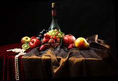 Os grânulos da pérola encontram-se na borda da tabela, na vida clássica do Dutch ainda com a garrafa empoeirada do vinho e nos fr Foto de Stock