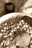 Os grãos-de-bico cozinharam com salsicha de sangue, carne, bacon Pão caseiro Vinho vermelho foto de stock royalty free