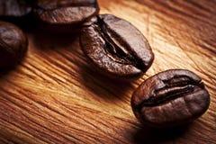 Os grãos de café fecham-se acima Imagens de Stock