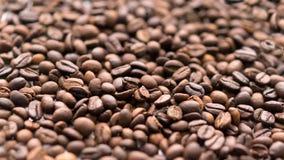 Os grãos de café fecham-se acima Foco seletivo imagens de stock royalty free