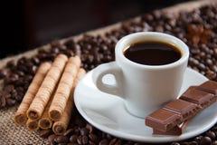 Os grãos de café fritados com café colocam o chocolate e os biscoitos de leite fotografia de stock royalty free