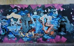 Os grafittis da cidade na parede do cimento imagens de stock royalty free
