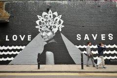Os grafittis famosos trabalham nas ruas de Londres, Inglaterra Fotos de Stock
