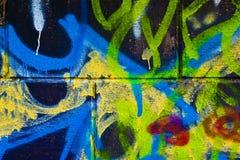 Os grafittis muram como o fundo urbano Imagens de Stock