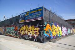 Os grafittis muram na vizinhança do leste de Williamsburg em Brooklyn, New York Imagem de Stock
